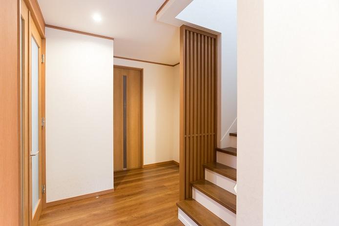 玄関ホール:落ち着いた濃いめの色で床・建具を統一